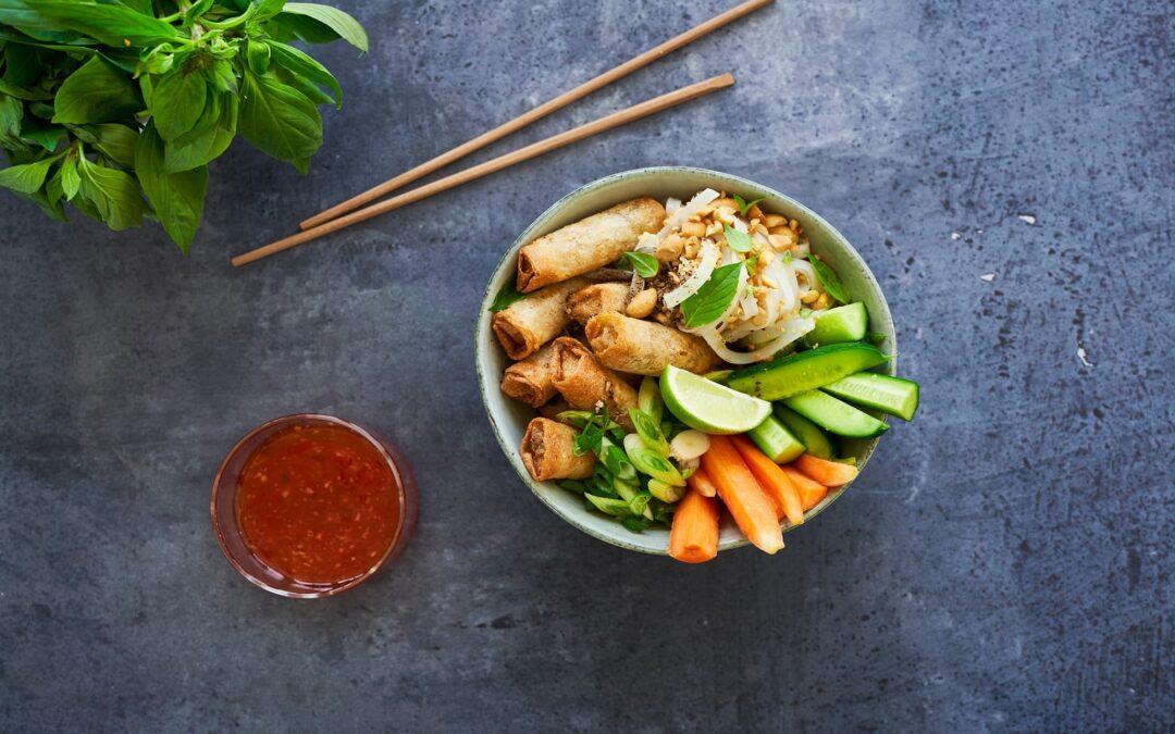 Mini Spring Rolls Panang vegetables i Thai salladsbowl