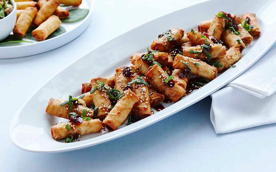 Mini vårrullar med nötkött serverat med honungsirap och rostade sesamfrö
