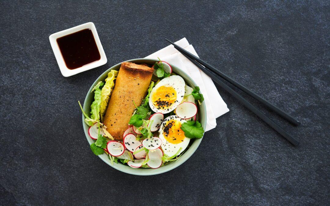 """Spring Rolls """"Bowl"""" med rädisesallad, mjukkokta ägg och soja-wasabi-dipp"""