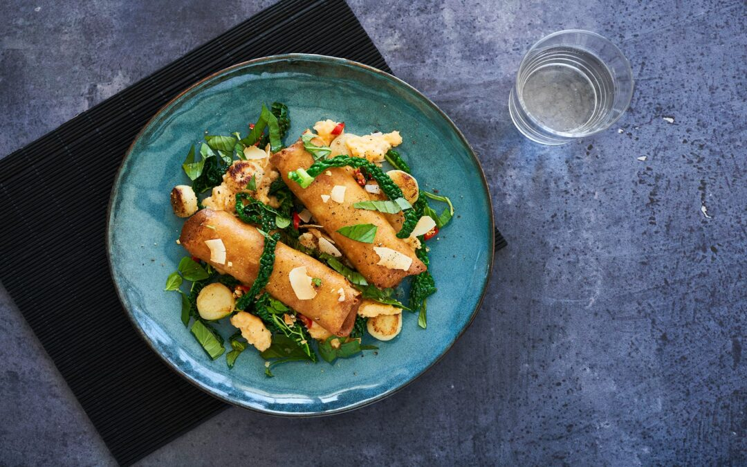 Spring Rolls Red Thai Chicken med curry-ris, stekt grönkål och ugnsbakade jordärtskocka