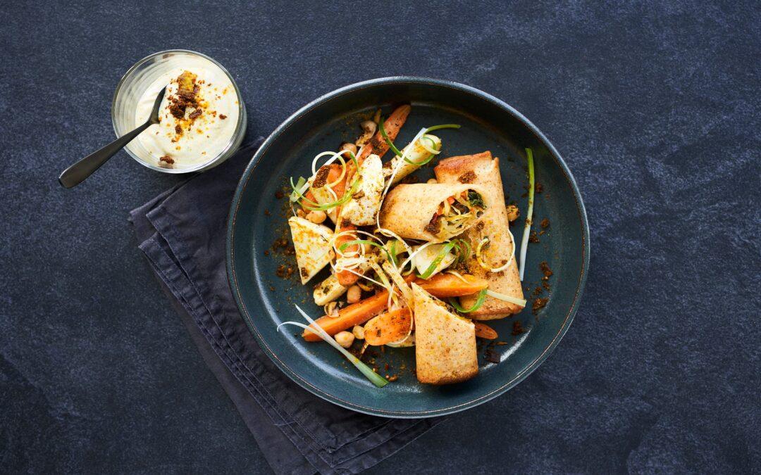 Spring Rolls med grönsaker, ugnsrostade rotfrukter, kikärter och indisk kryddstark yoghurt