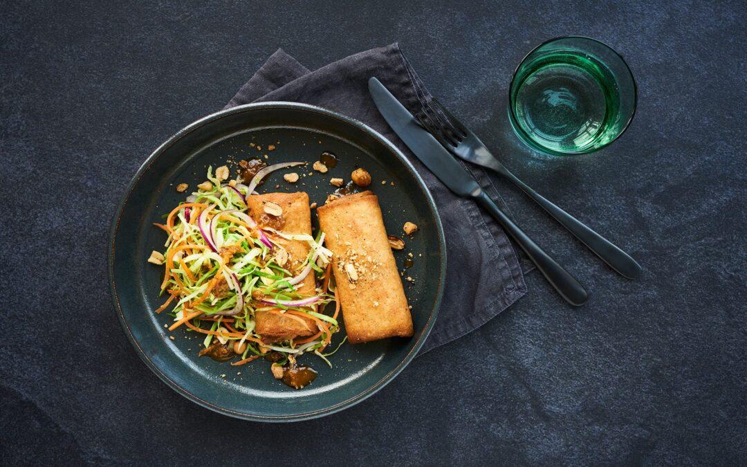 Spring Rolls med kyckling serverad med asiatisk coleslaw och rostade jordnötter