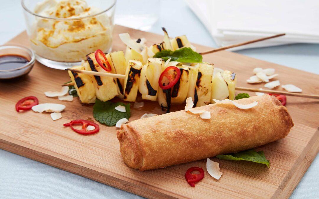 Vårrullar med frästa grönsaker serverat med grillad ananas