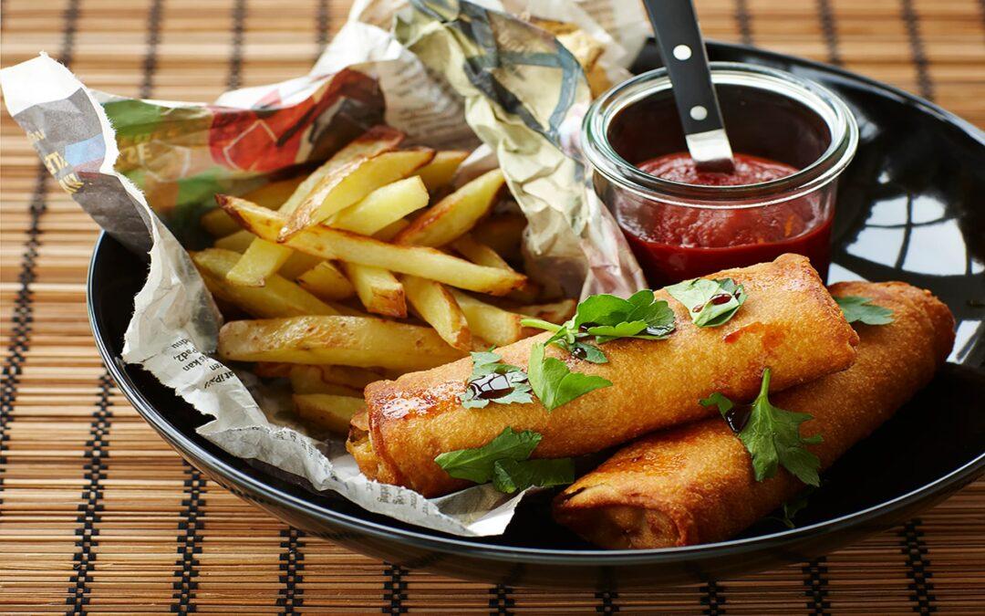 Vårrullar med nötkött, pommes frites och hemmagjord ketchup