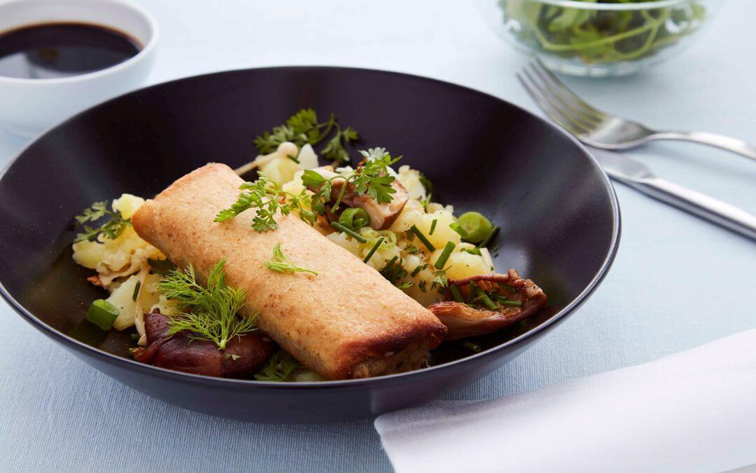 Vårrullar med nötkött serverat med sursöt potatismos och svamp